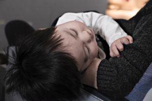Barn sover på flygplan