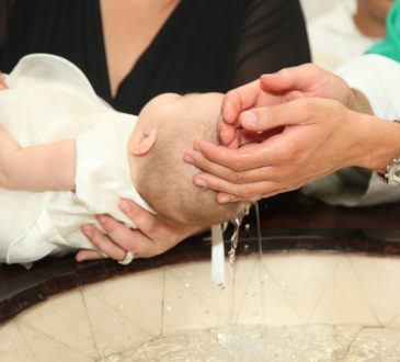 Präst döper baby