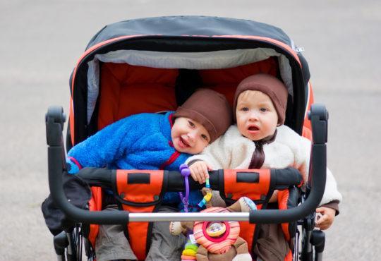 Syskon i barnvagn