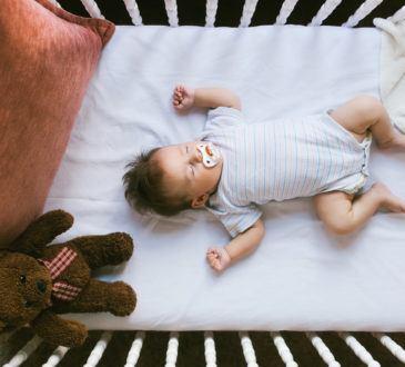 Bebis sover i säng
