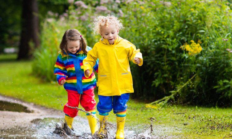 Barn leker i regnet