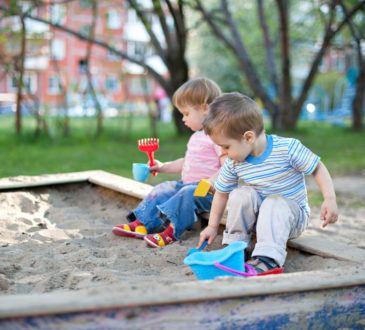 Barn leker i sandlådan